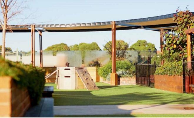 Vista frontale del giardino sul tetto del centro per l'infanzia ToBeMe a Sydney, di Scott e Ryland Architects